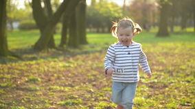 Что, если ребенок не встает. Как научить малыша вставать на ножки.